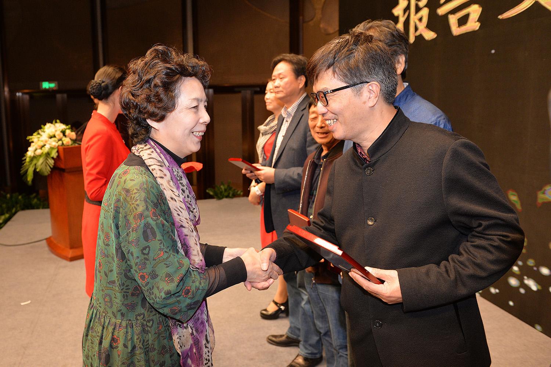 范小青、汪政为报告文学奖和儿童文学奖获奖者颁奖
