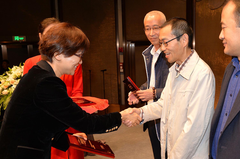 水家躍、徐寧為中篇小說獎和文學編輯獎獲獎者頒獎