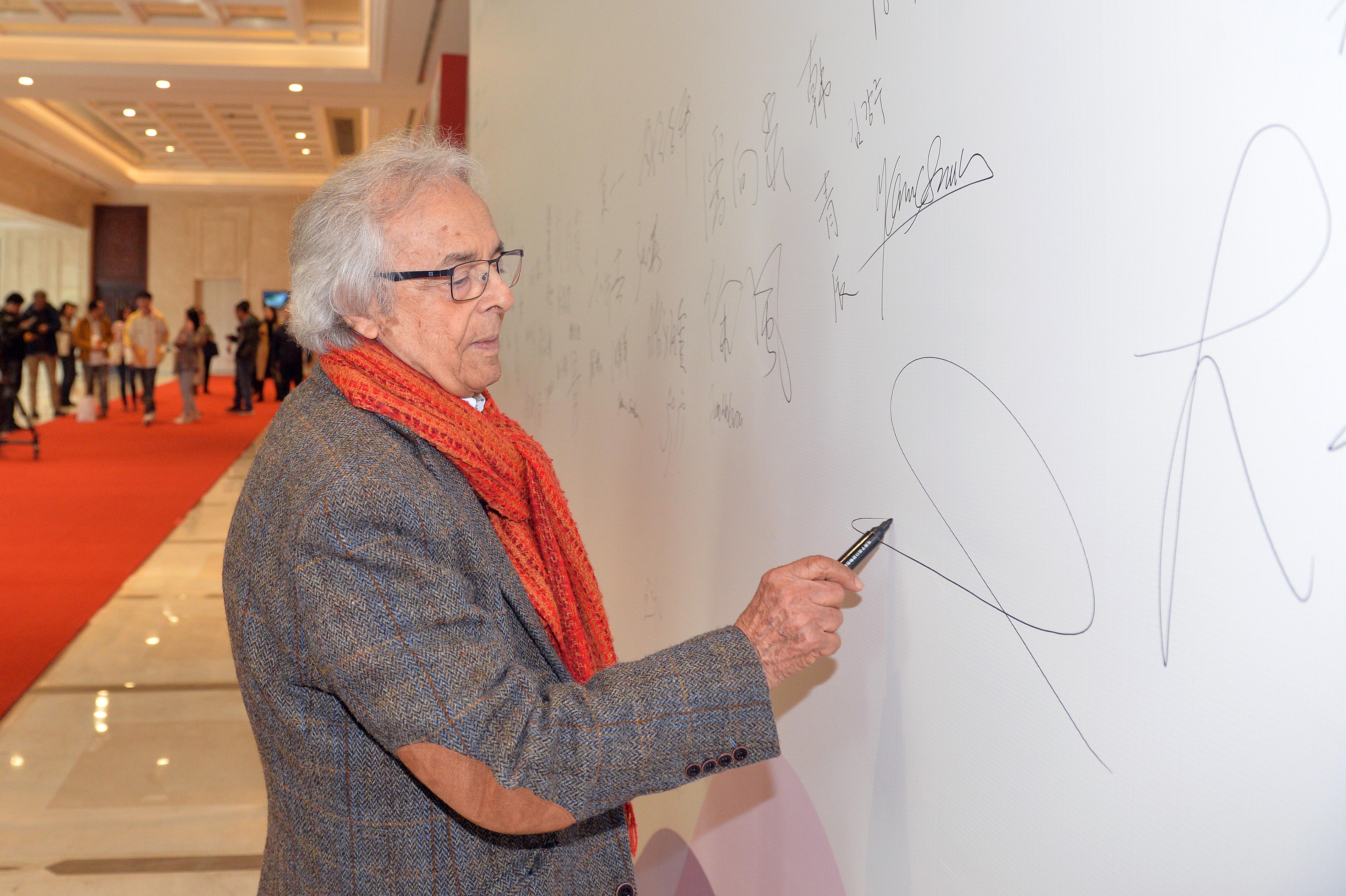 阿多尼斯在簽名墻上簽字