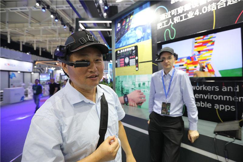 市民體驗智能安全帽.jpg