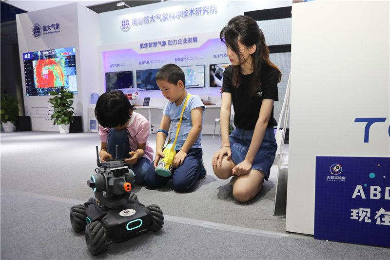 市民在體驗新型機器人.jpg